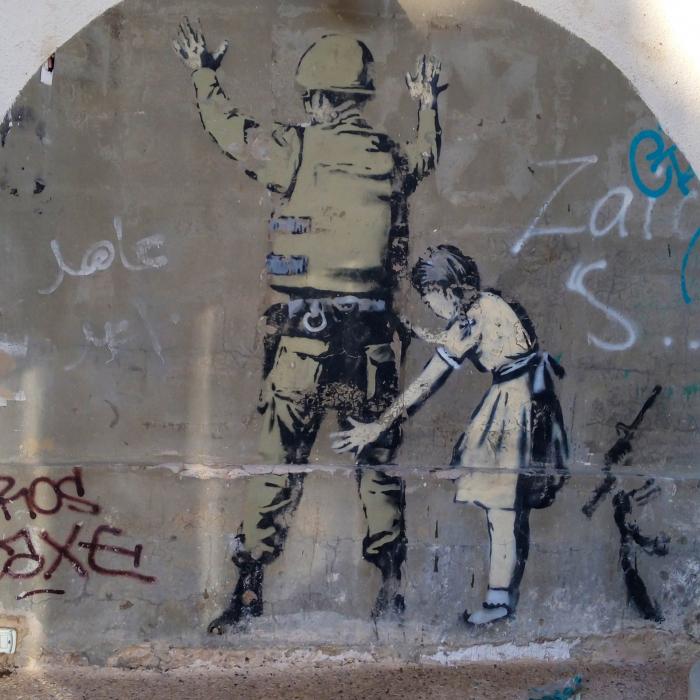 Mergaitė apieškanti Izraelio kareivį