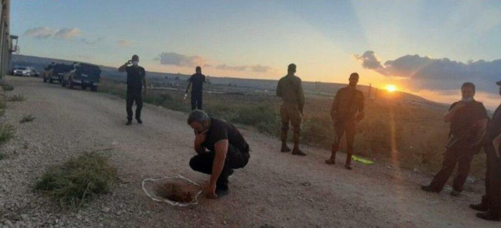 Kolonisto kariai žiūri į skylę, pro kurią laisvėn pabėgo šeši Palestinos laisvės kovotojai.