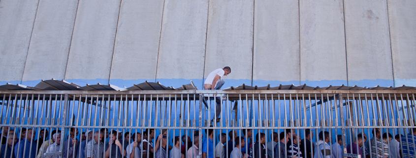 Palestiniečiai viename iš šimtų Palestiną dengiančių Izraelio karinių patikros punktų